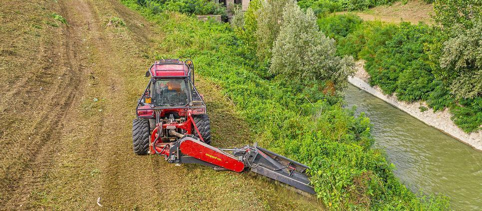 mulching mowers are trailed on a chassis with 2 wheels for up to 7m of working width