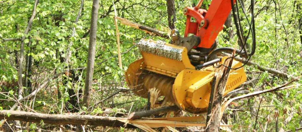 режет кустарники и деревья до 10 см в Ø